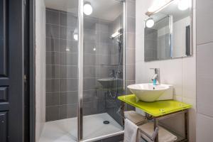 A bathroom at Zenitude Hôtel-Résidences Nantes Métropole