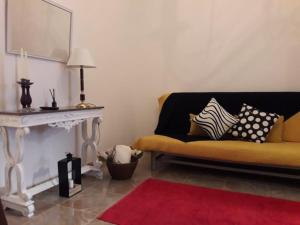 A seating area at Cacilhas Apartments House