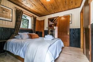 A bed or beds in a room at Cave Rock Ranch