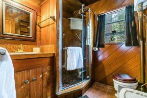 A bathroom at Cave Rock Ranch