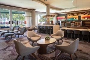 The lounge or bar area at Courtyard by Marriott Miami Airport
