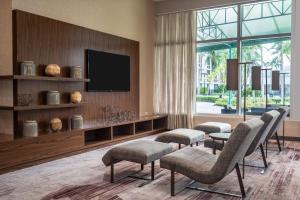 A seating area at Courtyard by Marriott Miami Airport