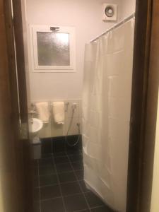 Um banheiro em 3 Luxury Bedrooms Apartment alshorouq
