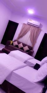 Cama ou camas em um quarto em منازل الجميرة
