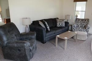 A seating area at West Winds Motel & Cottages
