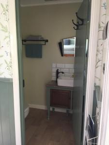 A bathroom at Peg Cottage