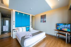 A bed or beds in a room at Cape Sienna Gourmet Hotel & Villas - SHA Plus