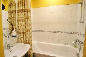A bathroom at Park and Opera Apartments