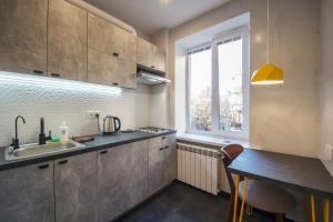 Virtuvė arba virtuvėlė apgyvendinimo įstaigoje Modern Apartments on Baseina near Arena City