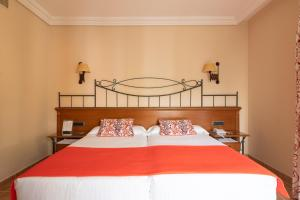 A bed or beds in a room at Hotel Cordial Mogán Playa