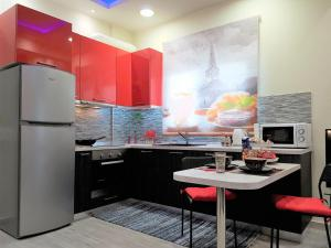 A kitchen or kitchenette at Betty's Central Suite