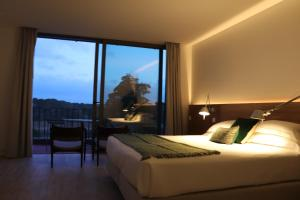 A bed or beds in a room at Vale do Gaio Hotel