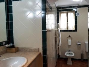 A bathroom at Lawrences Hotel