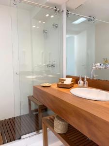 A bathroom at Casas Brancas Boutique Hotel & Spa