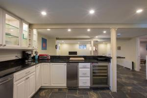 A kitchen or kitchenette at Family Friendly Apt with BBQ, Parking and Yard