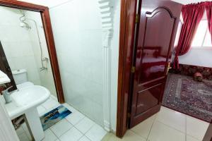 Um banheiro em AlEairy Apartments - Al Madinah 8
