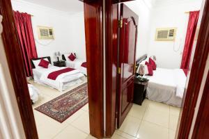 Cama ou camas em um quarto em AlEairy Apartments - Al Madinah 8
