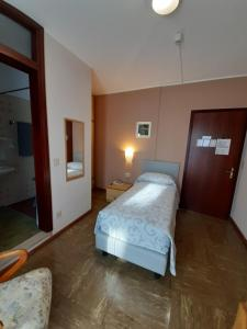 Кровать или кровати в номере Albergo Centrale