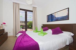 Een bed of bedden in een kamer bij Ereza Villas Las Buganvillas