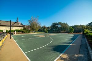 Tennis and/or squash facilities at Island Club 3 or nearby
