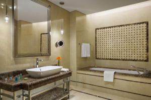 Um banheiro em Millennium Hail Hotel
