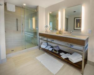 Un baño de DoubleTree by Hilton Hotel Niagara Falls New York