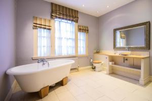 A bathroom at The Swan Hotel - Bradford-on-Avon