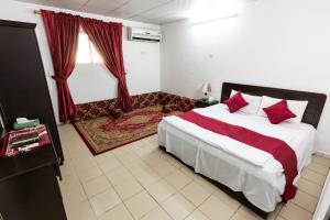 Cama ou camas em um quarto em Al Eairy Apartments Al Madinah 13