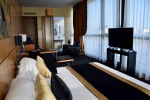 A television and/or entertainment center at Hotel Spa Le Pasino