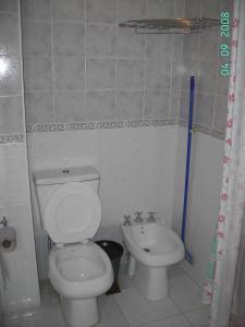 Un baño de America Apartamentos Pinamar