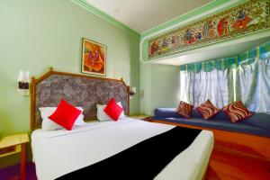 A bed or beds in a room at Capital O 68862 Hotel Samrat International