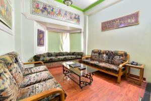 A seating area at Capital O 68862 Hotel Samrat International