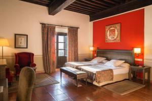 A bed or beds in a room at Parador de Oropesa