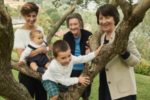 Een gezin dat verblijft bij Hotel Belvedere