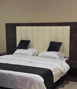 Cama ou camas em um quarto em Abraj Alarab Residences