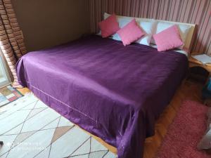 سرير أو أسرّة في غرفة في Elites 1