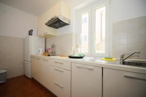 Cuisine ou kitchenette dans l'établissement Apartments Villa Marijeta