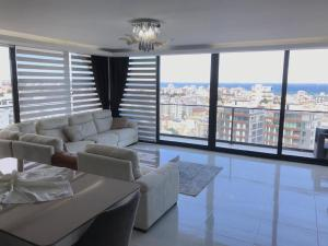 A seating area at Karia Plus City Apartments