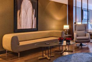 A seating area at Radisson Blu Leogrand Hotel