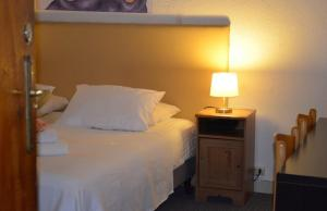 A bed or beds in a room at Hotel 't Witte Huys Scheveningen