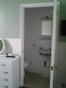 A bathroom at The Mount View Hotel, Bed & Breakfast