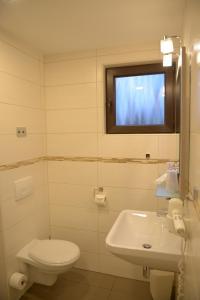 Ein Badezimmer in der Unterkunft Hotel- Landgasthof Baumhof-Tenne
