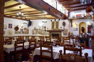 Un restaurante o sitio para comer en Apartamentos Casa Sardina