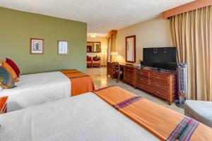 A bed or beds in a room at Porta Hotel del Lago