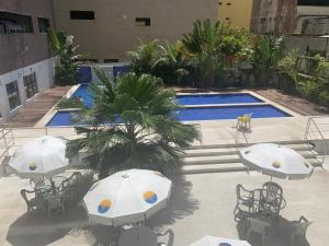 Uma vista da piscina em Flat Guarujá ou nos arredores