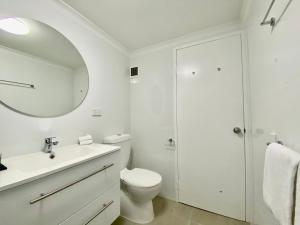 A bathroom at Cairns Beach Resort
