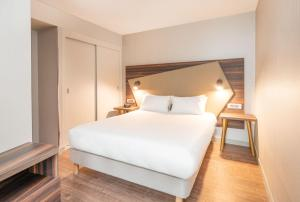 A bed or beds in a room at Aparthotel Adagio Leicester