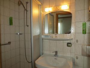 Ein Badezimmer in der Unterkunft Hotel & Restaurant Mainaublick