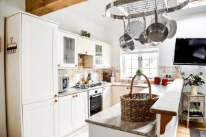 A kitchen or kitchenette at Chichester Cottage
