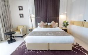 A bed or beds in a room at Al Ashrafia Holiday Homes- Waterfront Downtown